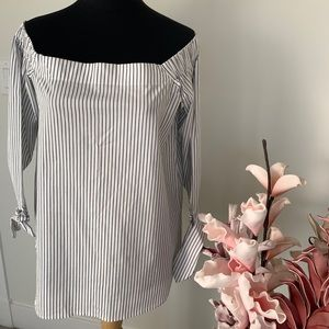 Off the shoulder shirt with buttons at back size S